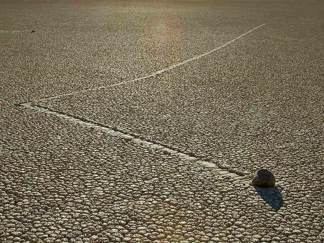 Bí ẩn về những hòn đá ma thuật biết tự dịch chuyển trong sa mạc khô cằn - Ảnh 1.