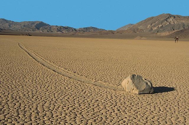 Bí ẩn về những hòn đá ma thuật biết tự dịch chuyển trong sa mạc khô cằn - Ảnh 3.