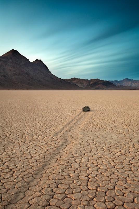 Bí ẩn về những hòn đá ma thuật biết tự dịch chuyển trong sa mạc khô cằn - Ảnh 4.