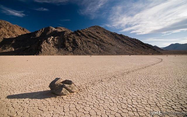 Bí ẩn về những hòn đá ma thuật biết tự dịch chuyển trong sa mạc khô cằn - Ảnh 5.