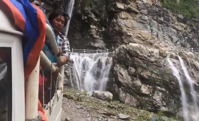 Con đường tử thần thách thức du khách: Một bên là vực thẳm, bên kia là thác nước - Ảnh 3.