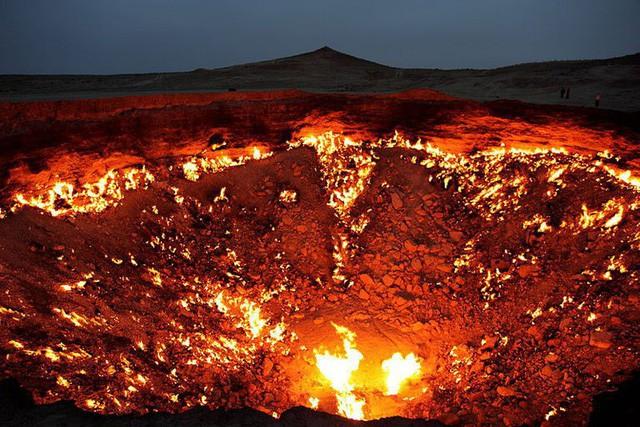"""""""Cổng địa ngục"""" bốc cháy ngùn ngụt trên sa mạc suốt nửa thế kỷ - Ảnh 3."""