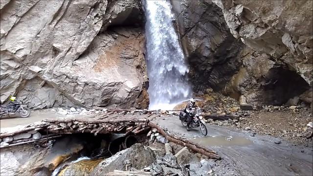 Con đường tử thần thách thức du khách: Một bên là vực thẳm, bên kia là thác nước - Ảnh 4.