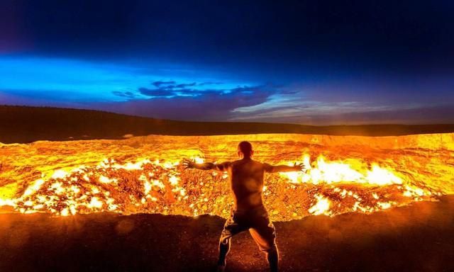 """""""Cổng địa ngục"""" bốc cháy ngùn ngụt trên sa mạc suốt nửa thế kỷ - Ảnh 4."""