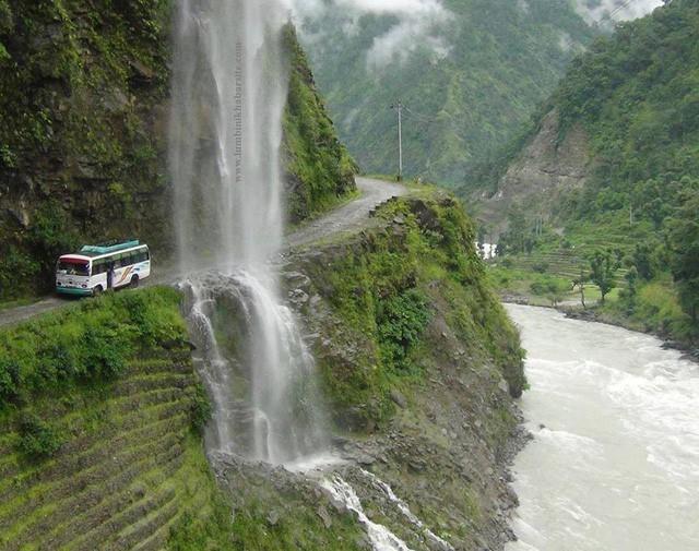 Con đường tử thần thách thức du khách: Một bên là vực thẳm, bên kia là thác nước - Ảnh 5.