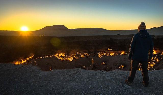 """""""Cổng địa ngục"""" bốc cháy ngùn ngụt trên sa mạc suốt nửa thế kỷ - Ảnh 5."""