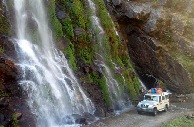 Con đường tử thần thách thức du khách: Một bên là vực thẳm, bên kia là thác nước - Ảnh 6.