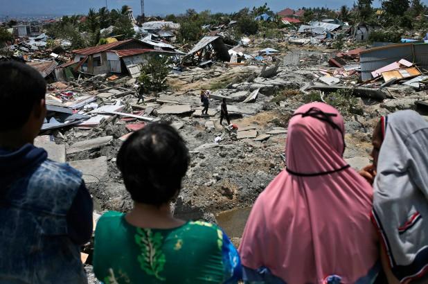 Nhiều người dân Indonesia đập cây ATM để lấy tiền sau động đất, sóng thần - Ảnh 1.