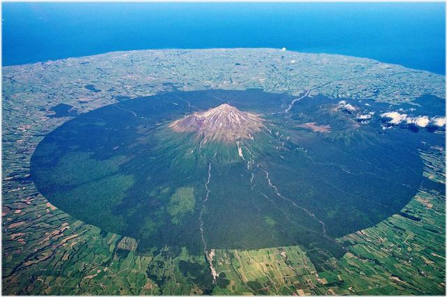 Ngọn núi thiêng 120.000 năm tuổi được trao quyền như con người - Ảnh 2.
