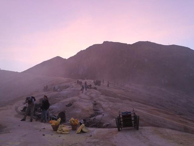 Du khách Việt kể lại hành trình khám phá miệng núi lửa kỳ ảo ở Indonesia - Ảnh 12.