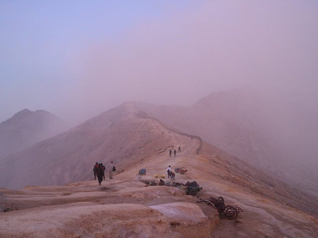 Du khách Việt kể lại hành trình khám phá miệng núi lửa kỳ ảo ở Indonesia - Ảnh 3.