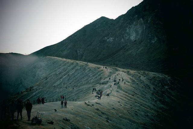 Du khách Việt kể lại hành trình khám phá miệng núi lửa kỳ ảo ở Indonesia - Ảnh 5.