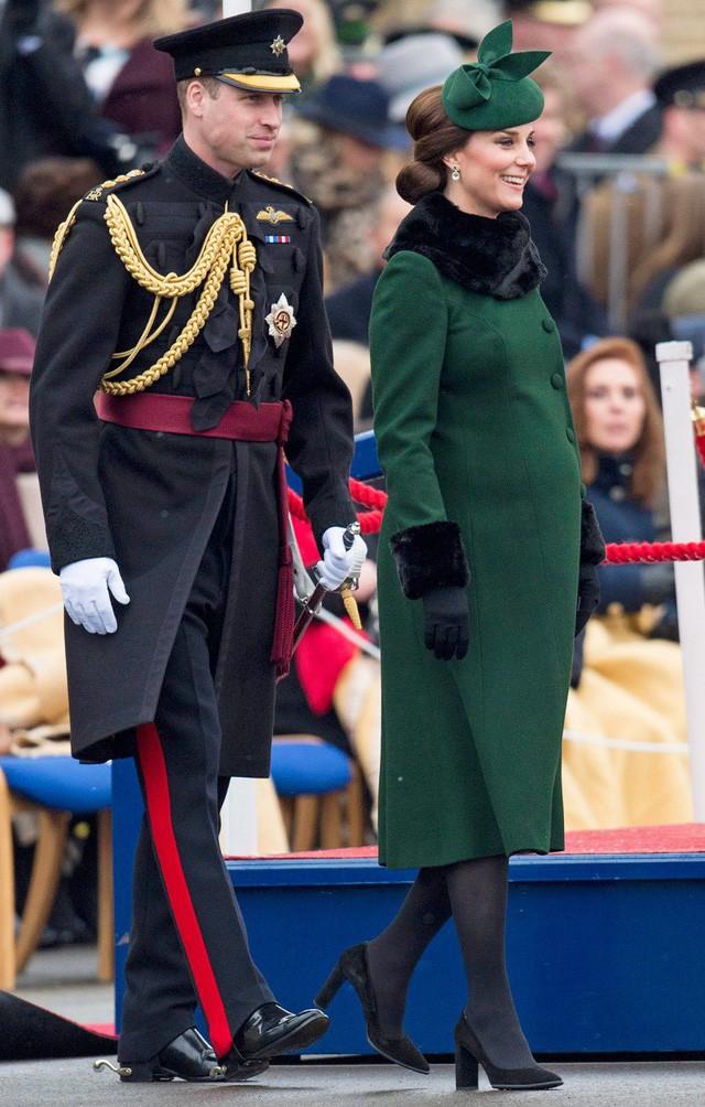 Hai công nương nước Anh thanh lịch với trang phục màu xanh - Ảnh 2.