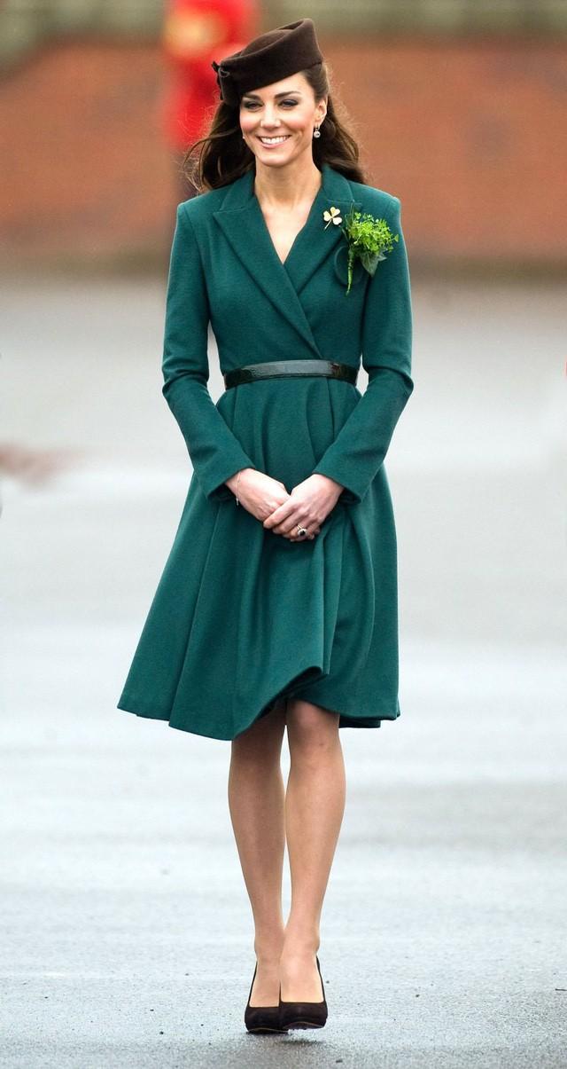 Hai công nương nước Anh thanh lịch với trang phục màu xanh - Ảnh 4.