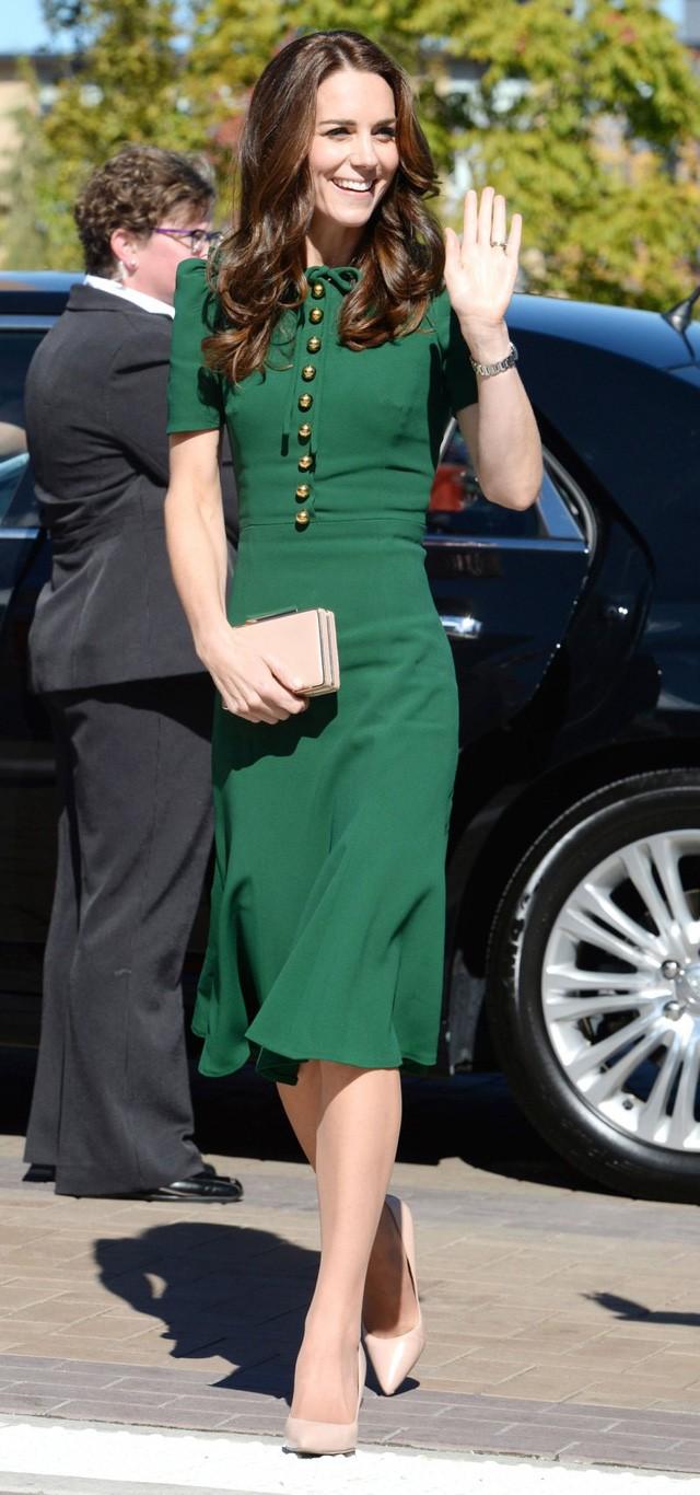 Hai công nương nước Anh thanh lịch với trang phục màu xanh - Ảnh 5.