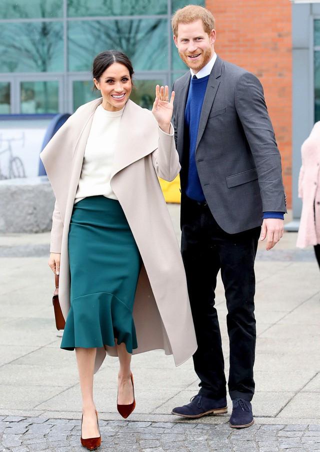 Hai công nương nước Anh thanh lịch với trang phục màu xanh - Ảnh 8.