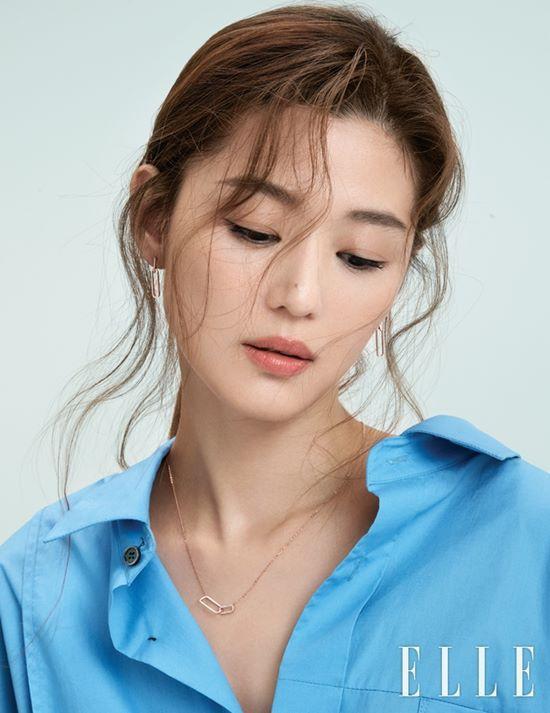 Jun Ji Hyun đối đầu với Kim Tae Hee trên tạp chí - Ảnh 2.