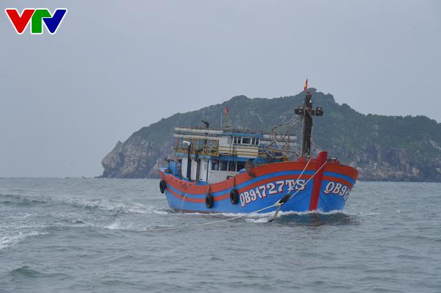 Tàu KN 322 cứu nạn 19 ngư dân tàu cá QB 91727TS - Ảnh 1.