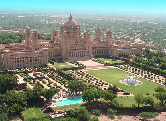 Priyanka Chopra và Nick Jonas tổ chức đám cưới ở cung điện xa hoa hàng đầu tại Ấn Độ - Ảnh 1.