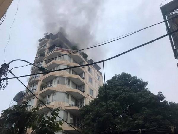 Giải cứu 26 người mắc kẹt trong vụ cháy khách sạn ở Hàng Than - Ảnh 2.
