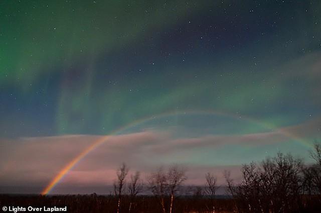 """Cực quang và cầu vồng mặt trăng """"siêu hiếm"""" cùng lúc xuất hiện tại Thụy Điển - Ảnh 1."""