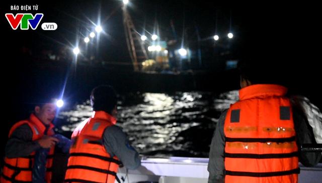 Tàu KN 364 cứu nạn ngư dân 02 tàu cá QNg 98122TS và QNg 98130TS - Ảnh 1.