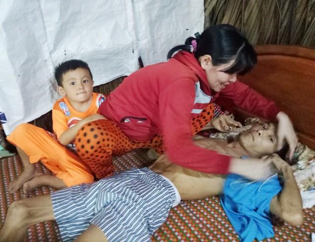 Cha nằm liệt giường vì điện giật, 2 con thơ mù mịt cả tương lai - Ảnh 3.