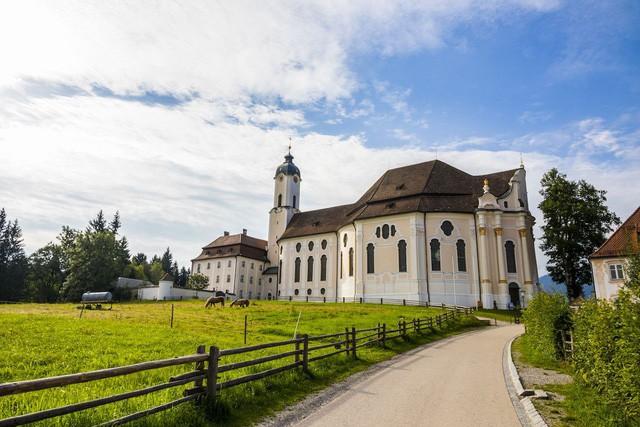7 nhà thờ có kiến trúc kì lạ hấp dẫn du khách - Ảnh 1.