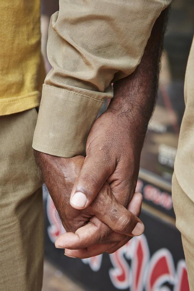 Đàn ông nắm tay nhau đi trên phố - Nét văn hóa thú vị của người Ấn Độ - Ảnh 1.