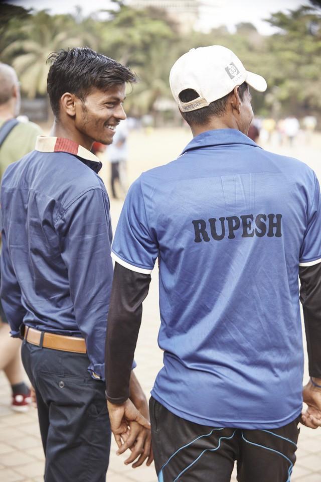Đàn ông nắm tay nhau đi trên phố - Nét văn hóa thú vị của người Ấn Độ - Ảnh 2.