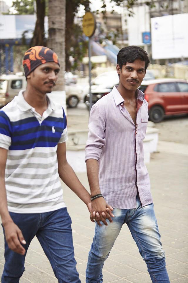 Đàn ông nắm tay nhau đi trên phố - Nét văn hóa thú vị của người Ấn Độ - Ảnh 4.