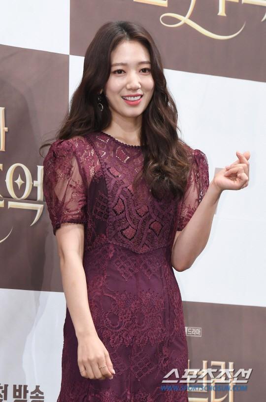 Park Shin Hye như quý cô bên Hyun Bin ra mắt phim mới - Ảnh 2.