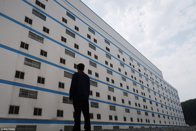 Bên trong khách sạn cao 7 tầng ở Trung Quốc chuyên để... chăn lợn - Ảnh 1.