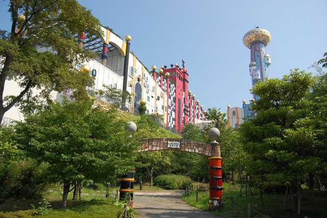 Du khách nhầm tưởng nhà xử lý rác của Nhật là... công viên giải trí - Ảnh 1.