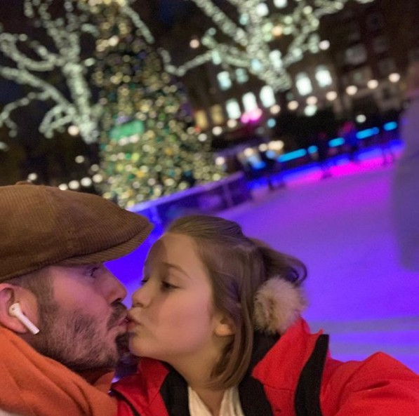 Sau vợ, David Beckham lại bị chỉ trích khi đăng ảnh hôn môi con gái - Ảnh 1.