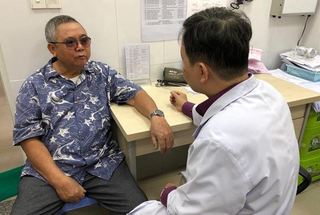 Ngồi khám bệnh ở trạm y tế, người bệnh được bác sĩ bệnh viện tuyến cuối hội chẩn - Ảnh 3.