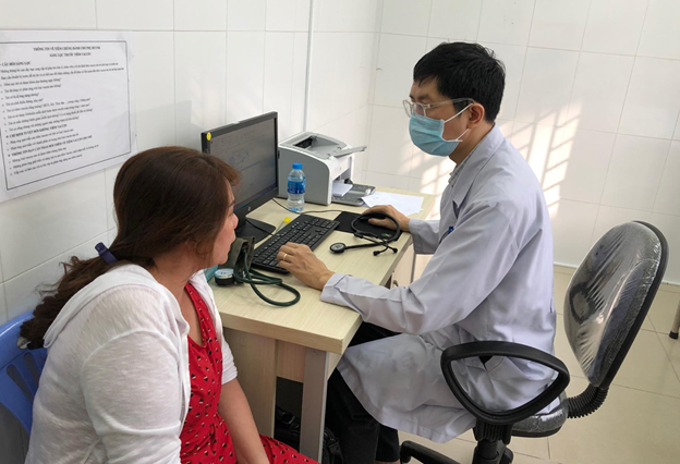 Ngồi khám bệnh ở trạm y tế, người bệnh được bác sĩ bệnh viện tuyến cuối hội chẩn - Ảnh 5.
