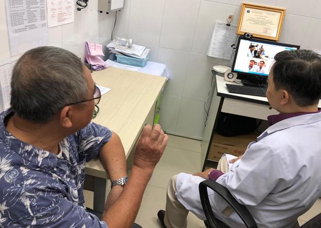 Ngồi khám bệnh ở trạm y tế, người bệnh được bác sĩ bệnh viện tuyến cuối hội chẩn - Ảnh 4.