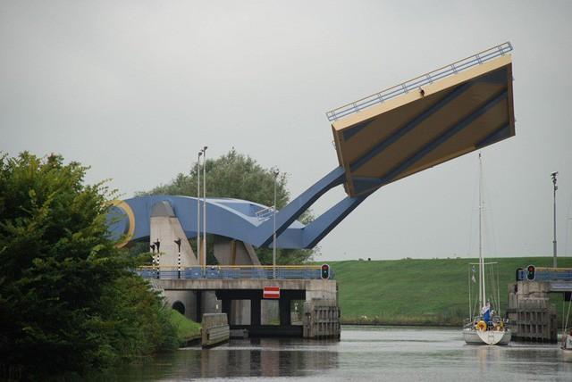 """Đi qua cây cầu """"biết bay"""" lạ lùng nhất thế giới - Ảnh 2."""