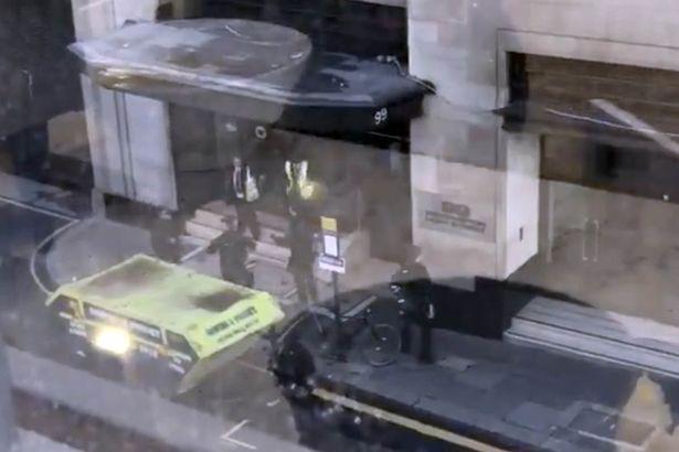 Tấn công bằng dao ở London, Anh - Ảnh 2.