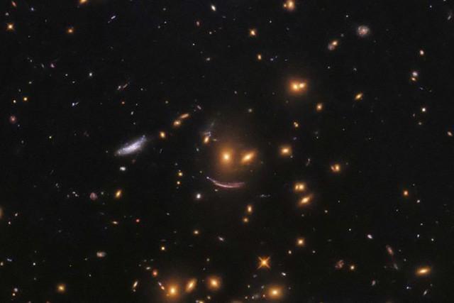 """Kính Viễn Vọng Hubble Phát Hiện """"Bộ Mặt Cười Ma Quái"""" Giữa Vũ Trụ. Hình Ảnh  """" ..."""