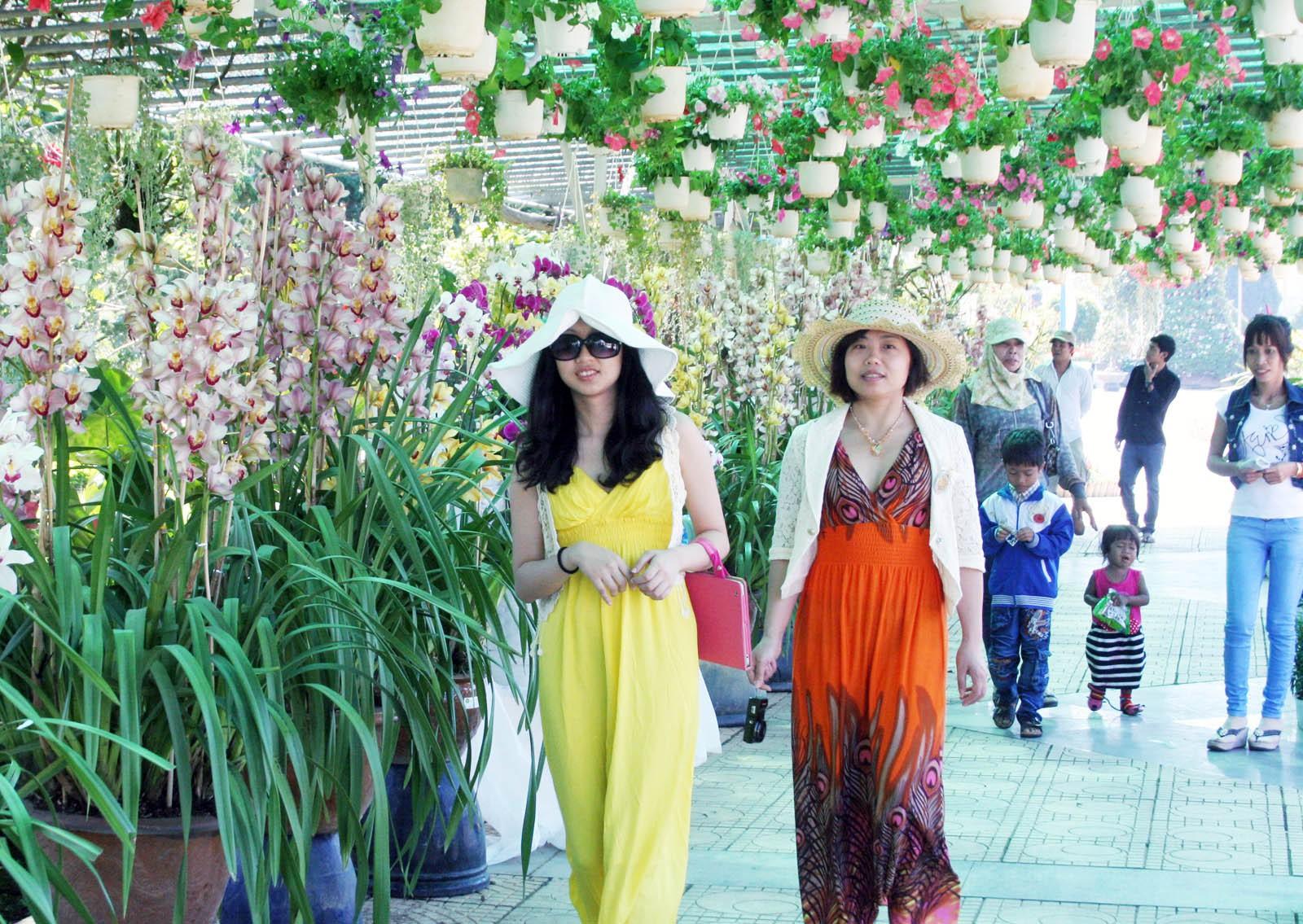 du khách trên thành phố hoa đà lạt