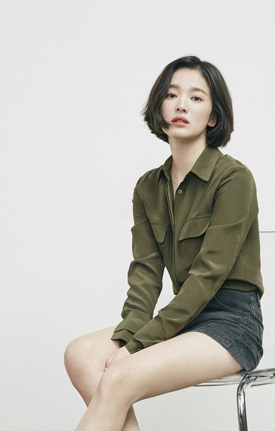 Song Hye Kyo khác lạ với tóc ngắn - Ảnh 1.