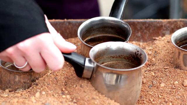 """Món cà phê đun trên """"chảo cát nóng"""" độc lạ của vùng Trung Đông - Ảnh 2."""