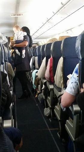 Ấm lòng với những tình huống siêu đáng yêu trên máy bay - Ảnh 5.