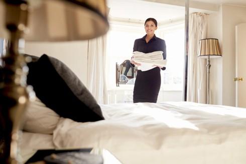 Vì sao bộ đồ trên giường của khách sạn có màu trắng? - Ảnh 1.