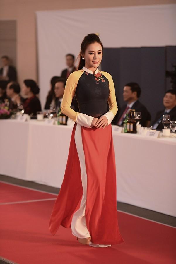 Huyền My, Phương Oanh trình diễn áo dài tại Hàn Quốc - Ảnh 3.