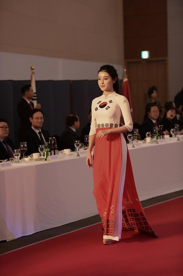 Huyền My, Phương Oanh trình diễn áo dài tại Hàn Quốc - Ảnh 2.