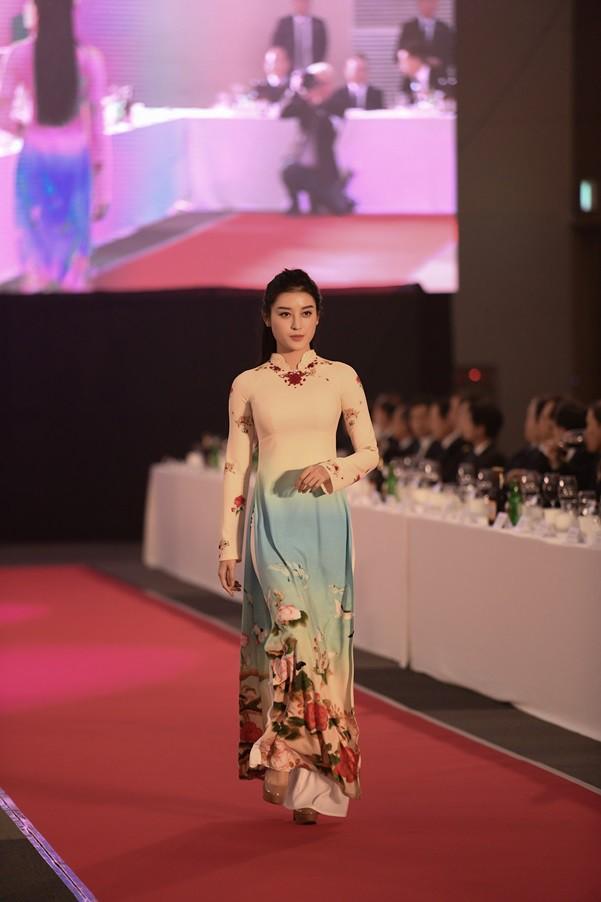 Huyền My, Phương Oanh trình diễn áo dài tại Hàn Quốc - Ảnh 1.