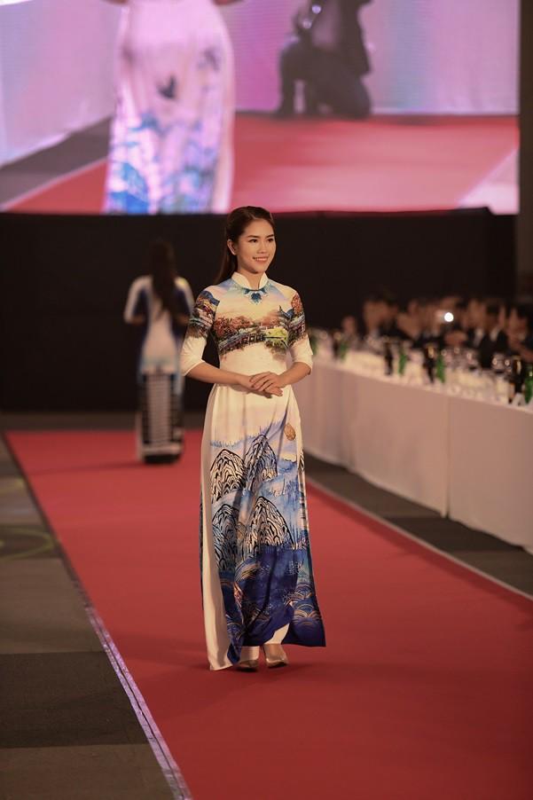 Huyền My, Phương Oanh trình diễn áo dài tại Hàn Quốc - Ảnh 5.
